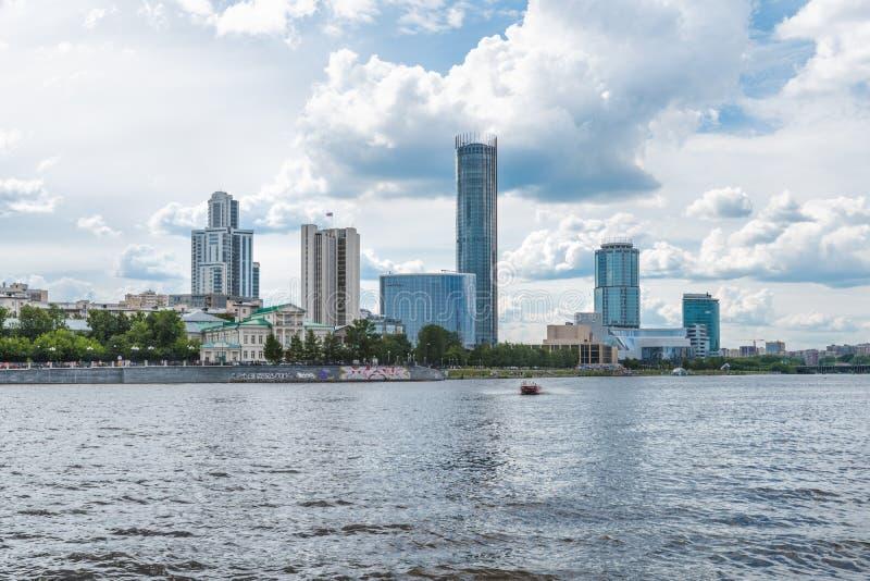 Yekaterinburg, Rusland - Juni 11, 2016: Mening van kadewerf embank stock fotografie