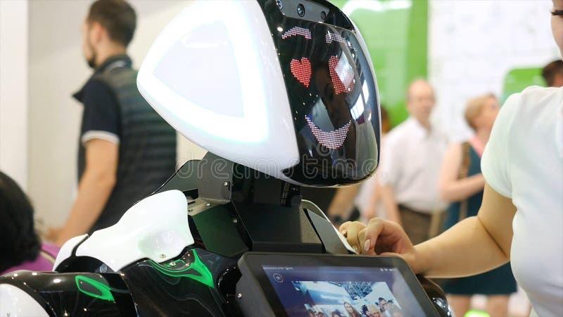 Yekaterinburg Ryssland - Juli, 2019: Tekniskt avancerad robot på utställningen medel Robotic av en människa som droidrobotframstä royaltyfria foton