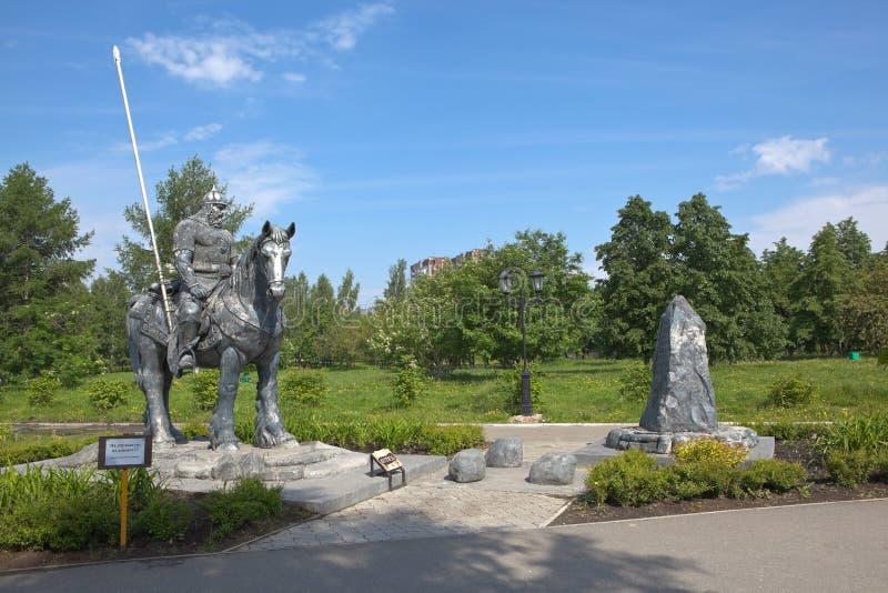 YEKATERINBURG RYSSLAND - JUNI 2, 2015: Fotoet av skulptur Ilya Muromets på tvärgatorna Tagansky parkerar royaltyfri bild
