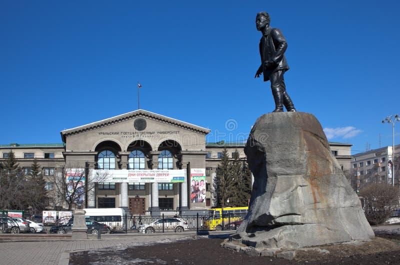 YEKATERINBURG RYSSLAND - MARS 19, 2015: Foto av det Ural universitetet och en monument till Yakov Sverdlov arkivbilder