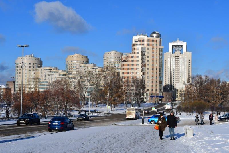 YEKATERINBURG RYSSLAND, NOVEMBER 25, 2018: Folk som går ner gatan av Tolmachev i vinter arkivbilder