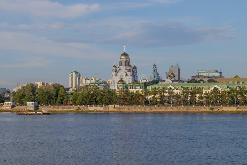 yekaterinburg Sommarstadslandskap Sikt av floden Iset och kyrkan av det glänsande i det ryska landet royaltyfri bild