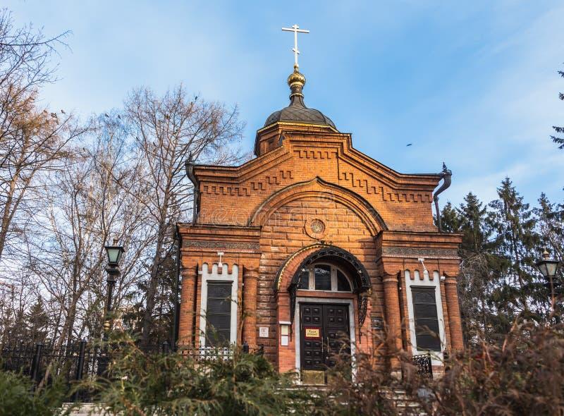 Yekaterinburg, Sverdlovsk Rusland - 11 11 2018: Alexander Nevsky Chapel van rode baksteen werd hersteld in 1996 is in de de herfs stock fotografie