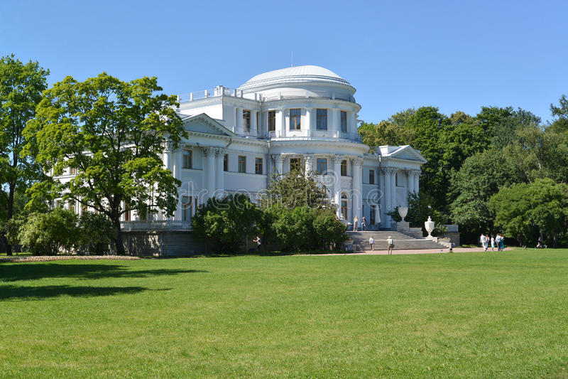 Yelagin宫殿在一个夏天晴天 圣彼德堡 图库摄影