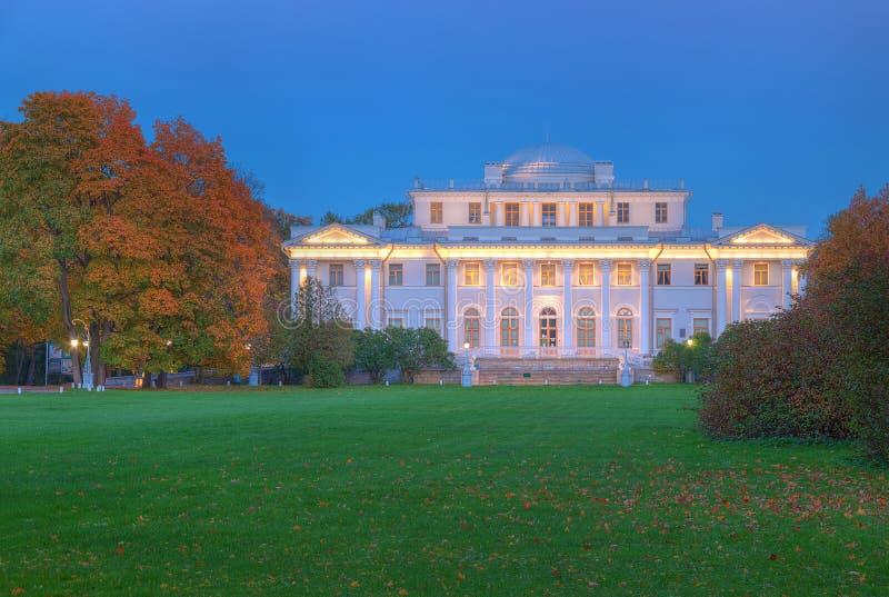 Yelagin宫殿在秋天夜 免版税库存照片