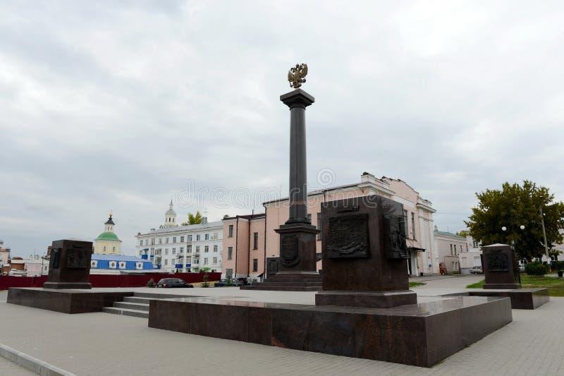 Yelets - den forntida staden i Ryssland, den administrativa mitten av det Yelets området Stele som är hängiven till att ge staden royaltyfria foton
