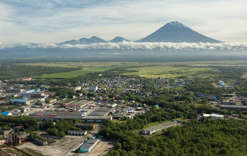 Yelizovo镇和Avachinskaya小组火山 库存照片