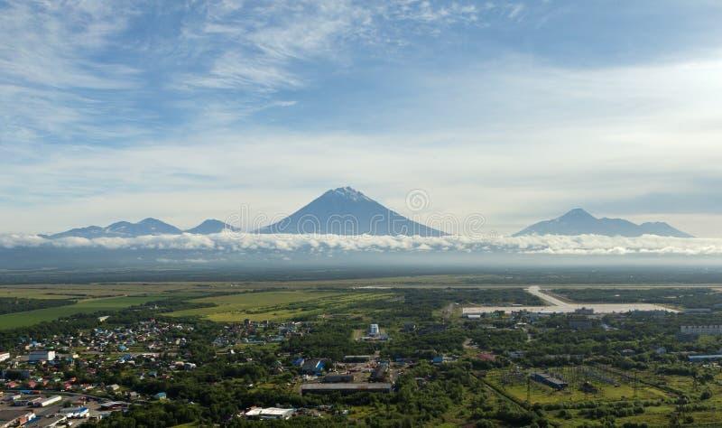 Yelizovo镇和Avachinskaya小组火山 库存图片