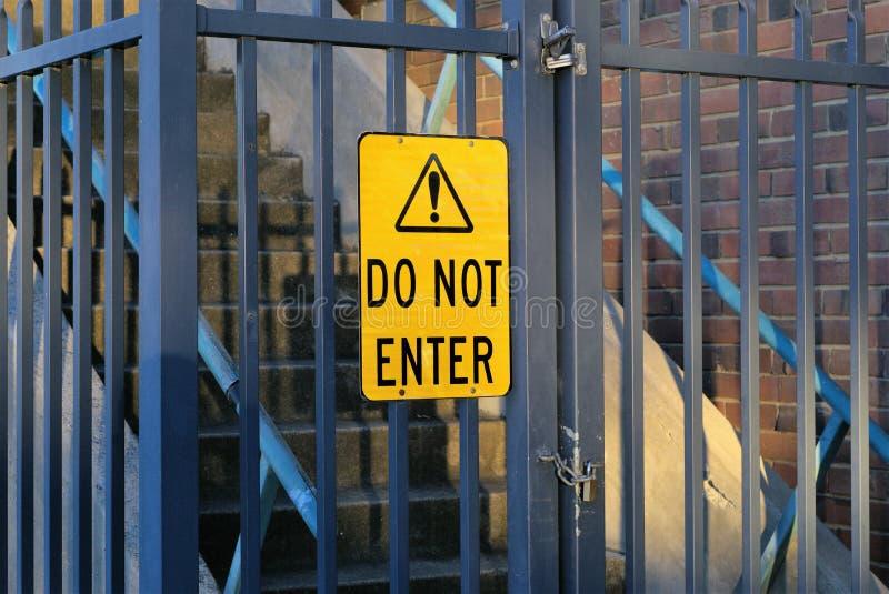 Yellow Do Not Enter σημάδι σε μια πύλη στοκ εικόνα