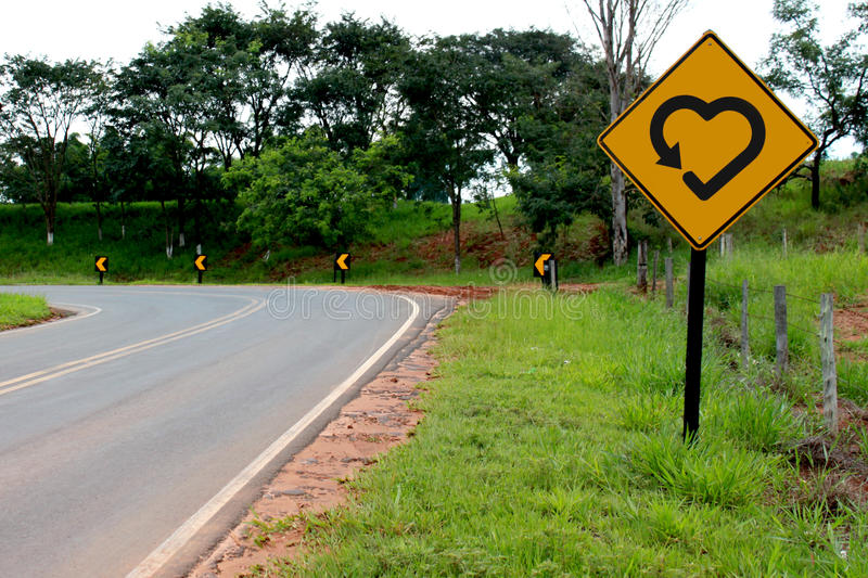 yellow för symbol för hjärtaförälskelsevägmärke arkivbilder