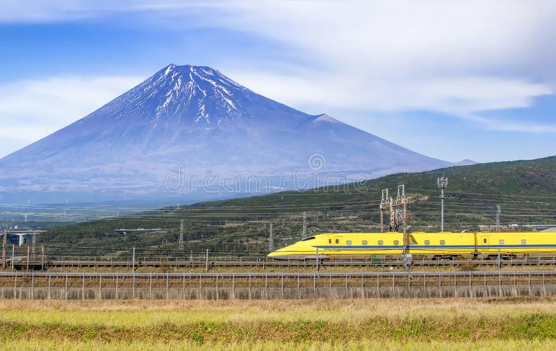 Yellow High Speed Bullet Train and Fuji Mountain background, Shizuoka, Japan royalty-vrije stock fotografie