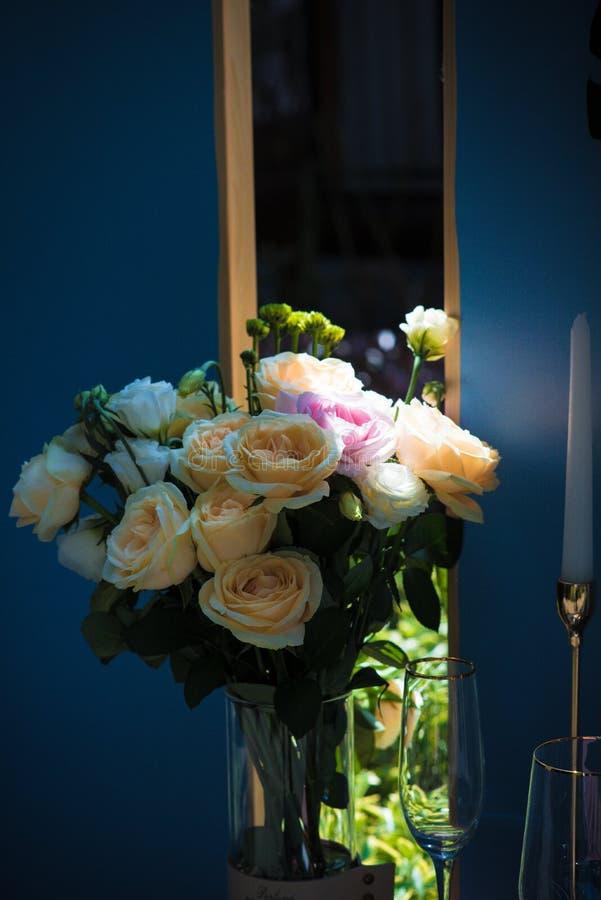 Yellow Rose με τη γαμήλια ατμόσφαιρα απεικόνιση αποθεμάτων