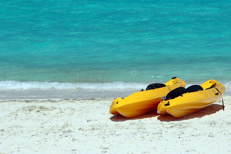 Yellow- Seakajaks auf dem Strand stockfotos