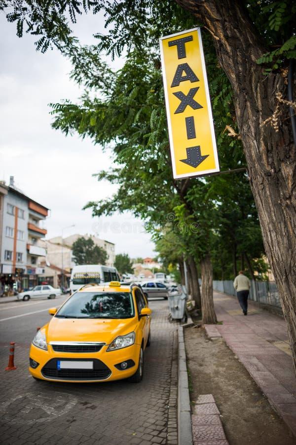 Yellow taxar parkeringsfläcken royaltyfri bild