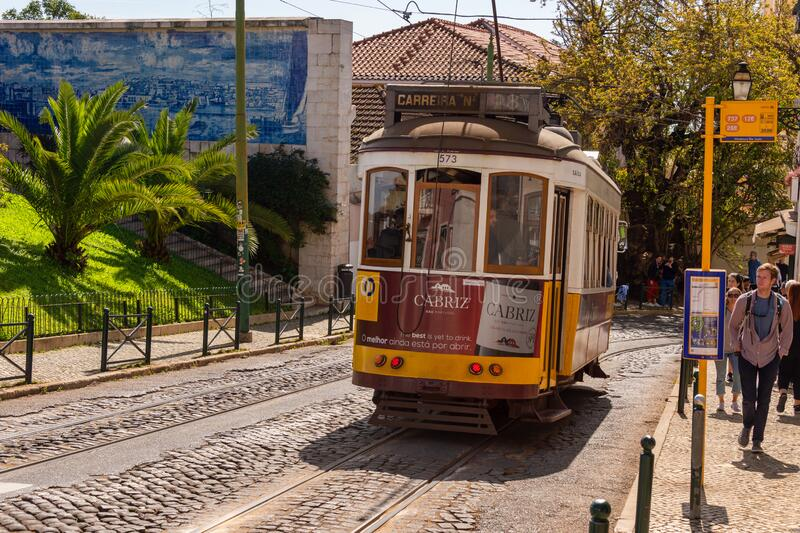 Yellow Tram 28 in Lissabon, Portugal stock foto's