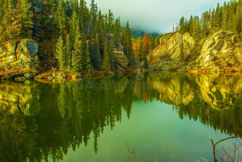 Yellowhead jezioro, góry Robson prowincjonału park, kolumbiowie brytyjska, Kanada obraz stock