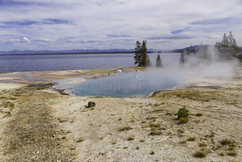 Yellowstone湖和蒸汽上升 免版税库存图片