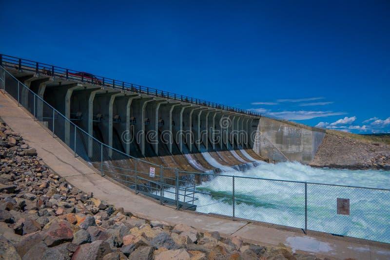 YELLOWSTONE, MONTANA, DE V.S. 24 MEI, 2018: Openluchtmening van water die de afvoerkanaalpoorten voobijsnellen bij de dam op Jack royalty-vrije stock foto's