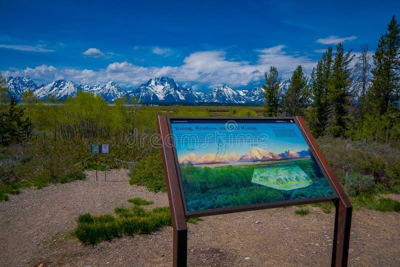YELLOWSTONE MONTANA, USA MAY 24, 2018: Stäng sig upp av informativt tecken av Teton område och dalberglandskapet royaltyfria foton
