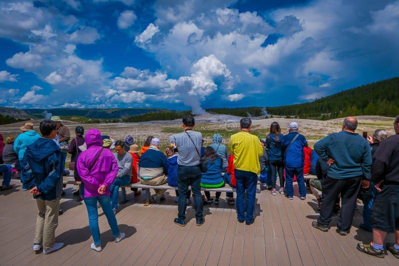 YELLOWSTONE MONTANA, USA MAY 24, 2018: Turister som håller ögonen på gammalt troget få utbrott i den Yellowstone nationalparken royaltyfri foto