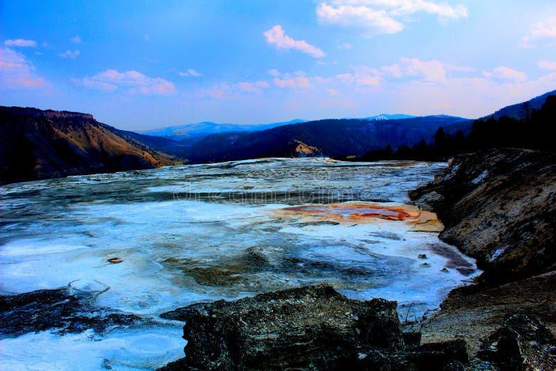Yellowstone Nationalpark Mammoth Hot Springs geothermischer schöner blauer Himmel stockfoto