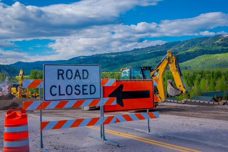 YELLOWSTONE NATIONALPARK, WYOMING, USA - 7. JUNI 2018: Informatives Zeichen der Straße schloss mit der Ausrüstung, die in a gepar stockfoto