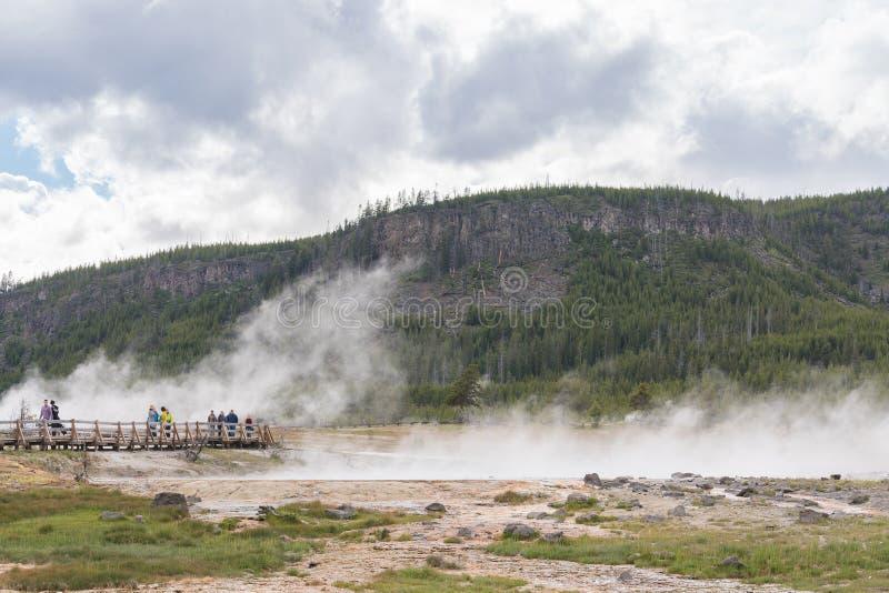 YELLOWSTONE NATIONALPARK, WYOMING, USA - JUNI 19, 2018: Turister på den Yellowstone nationalparken royaltyfri bild