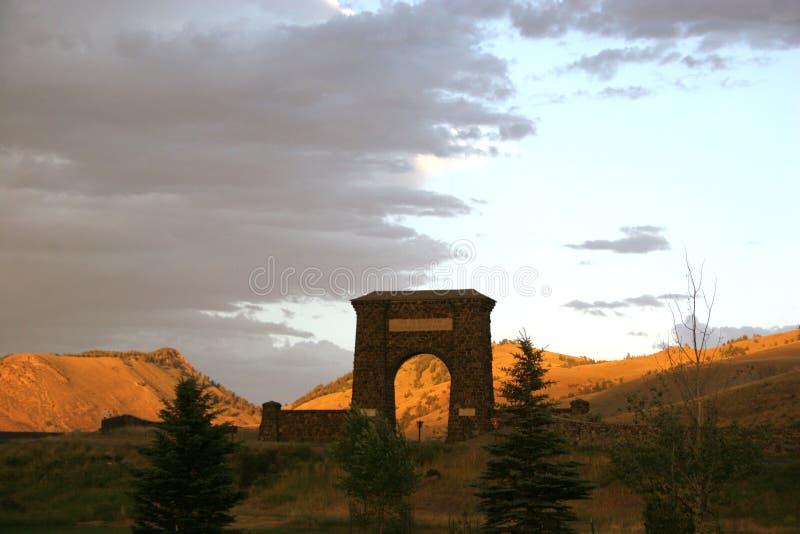 Yellowstone nationalparkbåge på solnedgången royaltyfri fotografi