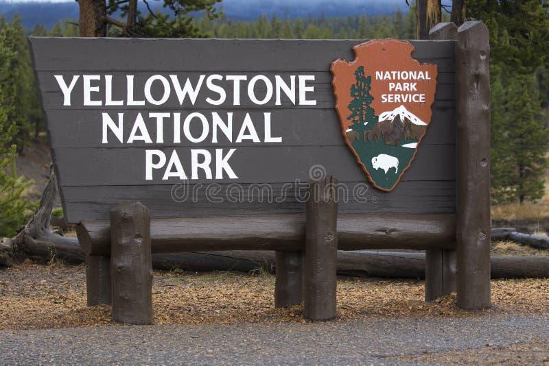Yellowstone parka narodowego wejścia znak przy południowym wejściem obraz royalty free