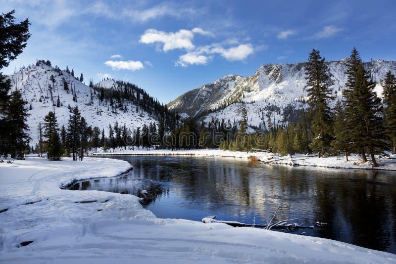 Yellowstone River vinter, Yellowstone nationalpark fotografering för bildbyråer