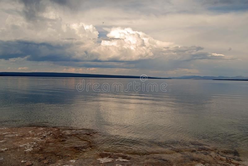 Yellowstone sjöGeyser royaltyfria bilder