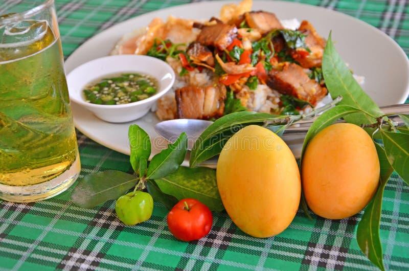 Yelow成熟plango和红色樱桃果子有泰国食物背景 免版税库存照片
