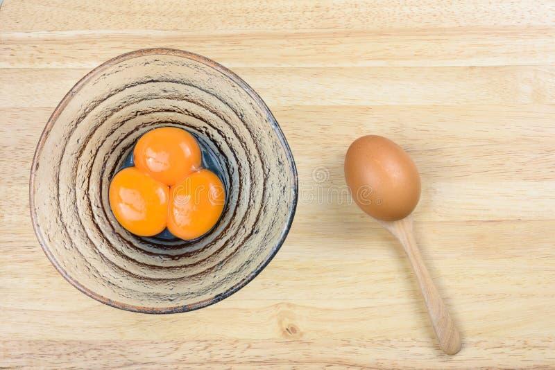 Yema de huevo en cuchara foto de archivo imagen de - Bol de vidrio ...