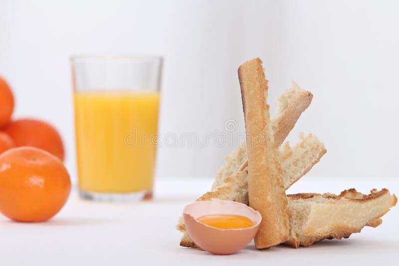 Yema de huevo en una huevera fotos de archivo libres de regalías