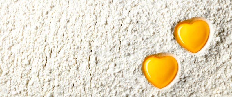 Yemas de huevo en forma de corazón imagen de archivo