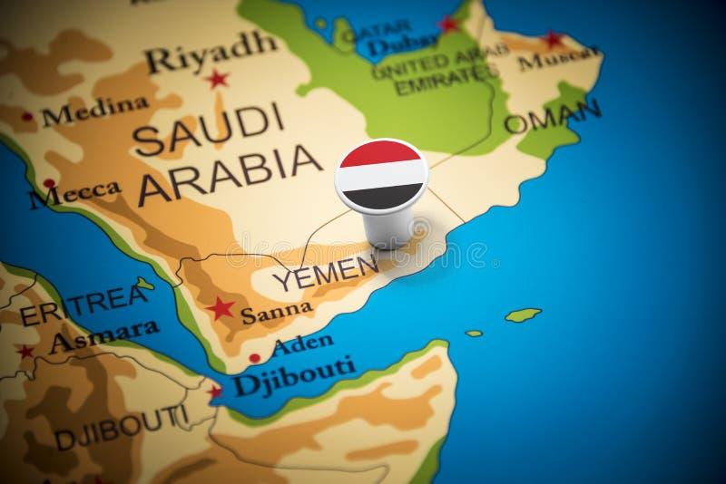 Yemení marcó con una bandera en el mapa imagenes de archivo