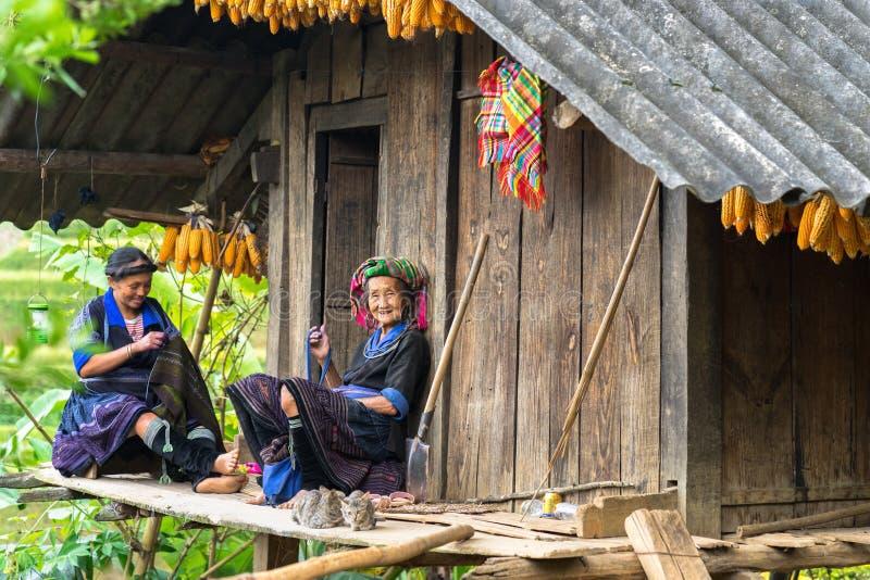 Yen Bai, Vietnam - 17 Sep, 2016: De vrouwen die van de Hmongetnische minderheid kleding naaien bij hun huis stock foto's
