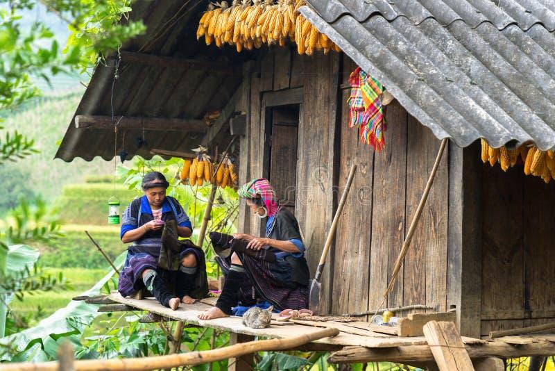 Yen Bai, Vietnam - 17. September 2016: Frauen Hmong-ethnischer Minderheit, die Kleidung an ihrem Haus nähen lizenzfreie stockfotos