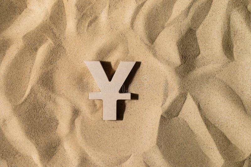 Yen Sign On der Sand lizenzfreie stockfotos