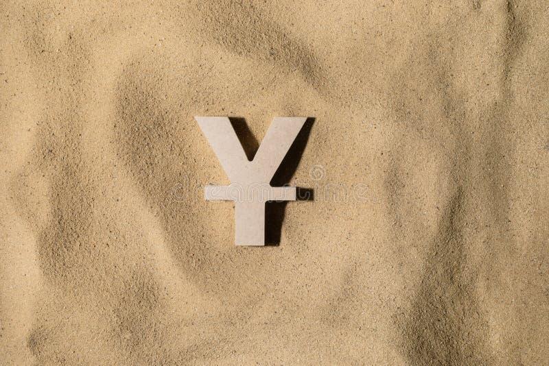 Yen Sign On der Sand stockfotografie