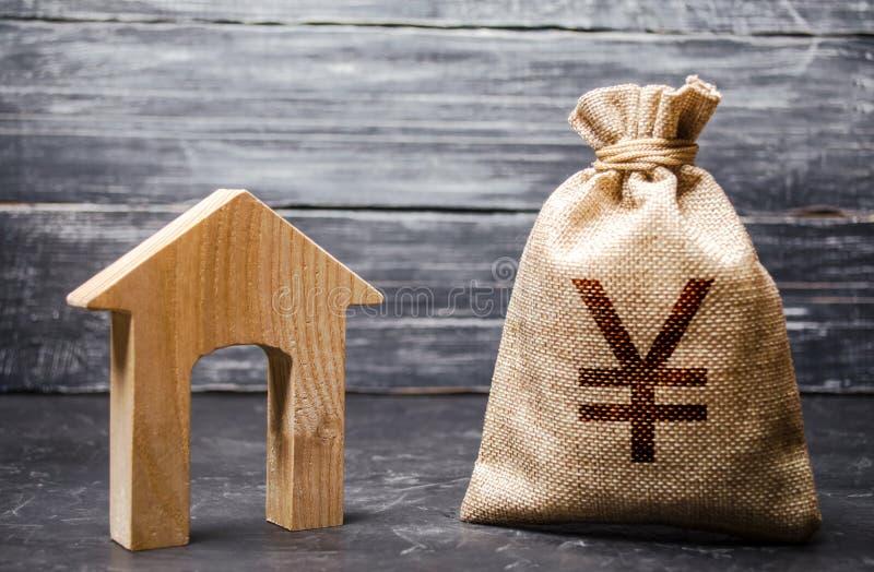 Yen Yuan Symbol Geldbeutel und Haus Erwerb von Immobilien und Investitionen Erschwinglicher billiger Kredit, Hypothek Steuern, Mi stockfotos
