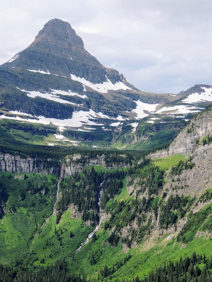 Yendo al camino de Sun, vista del paisaje, campos de nieve en Parque Nacional Glacier alrededor de Logan Pass, lago ocultado, ras fotografía de archivo libre de regalías