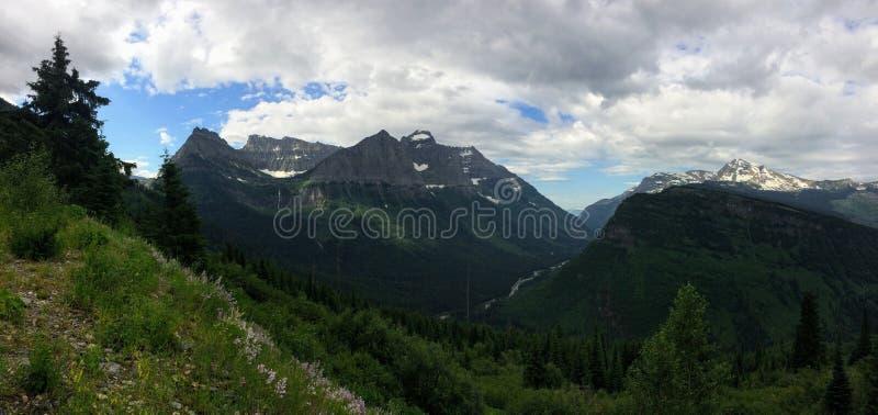 Yendo al camino de Sun, vista del paisaje, campos de nieve en Parque Nacional Glacier alrededor de Logan Pass, lago ocultado, ras fotos de archivo