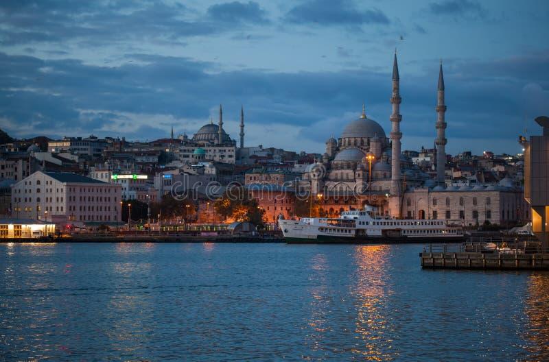 Yeni Camii-Moschee auf der Bosphorus-Küste stockbilder