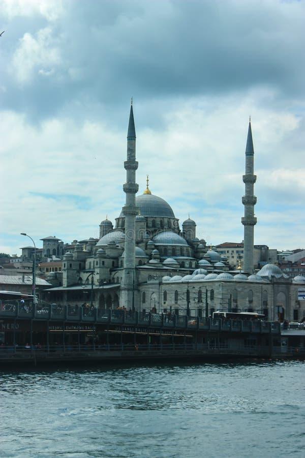 Yeni Kami Mosque em Istambul como visto de uma balsa com SK nebulosa foto de stock