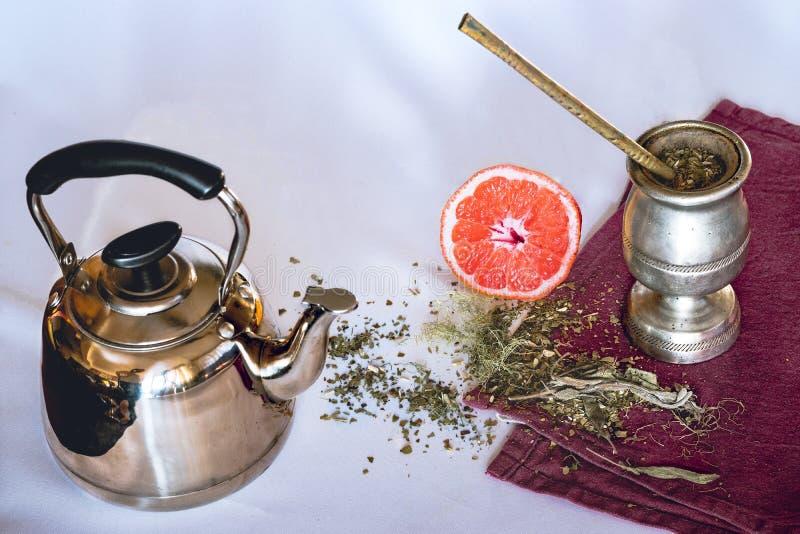 Yerba伙伴的注入用葡萄柚和茶壶 免版税库存图片