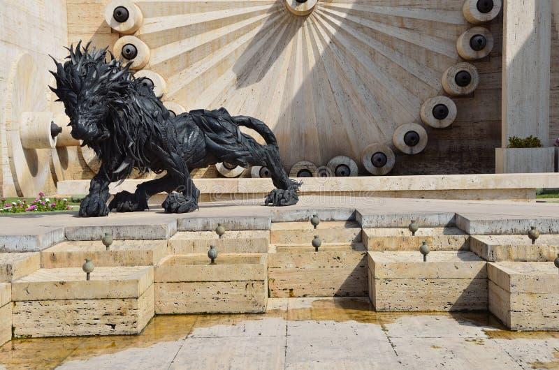 Yerevan, Armênia, setembro, 06, 2014 Cena armênia: Escultura urbana em Yerevan, o leão dos pneus no centro de Yerevan imagem de stock