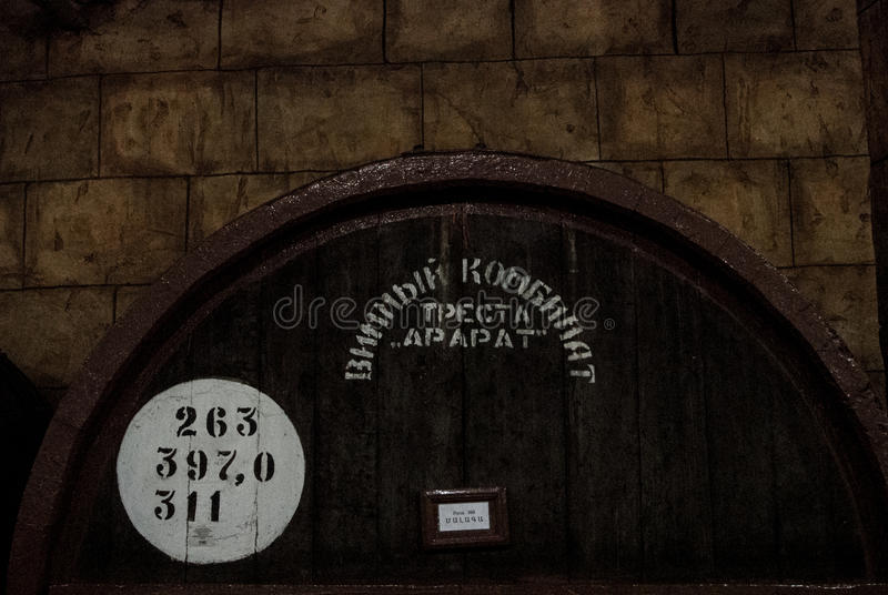 YEREVAN, ARMENIË - DECEMBER 30, 2016: Houten vat oude wijn bij kelder van Brandy Factory Noy stock foto's