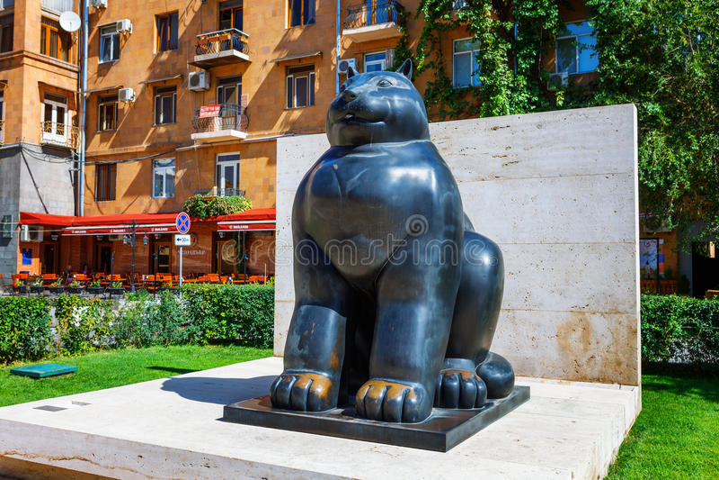 Yerevan, Armenia - 26 Wrzesień, 2016: Botero ` s gigantyczny kot w Cafesjian rzeźby ogródzie w centrum miasta w Yerevan obraz stock