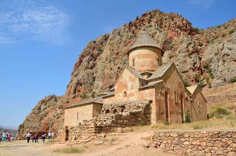 Yerevan Armenien, September, 07, 2014 Armenisk plats: folk som går nära den forntida kloster Noravank i bergen fotografering för bildbyråer